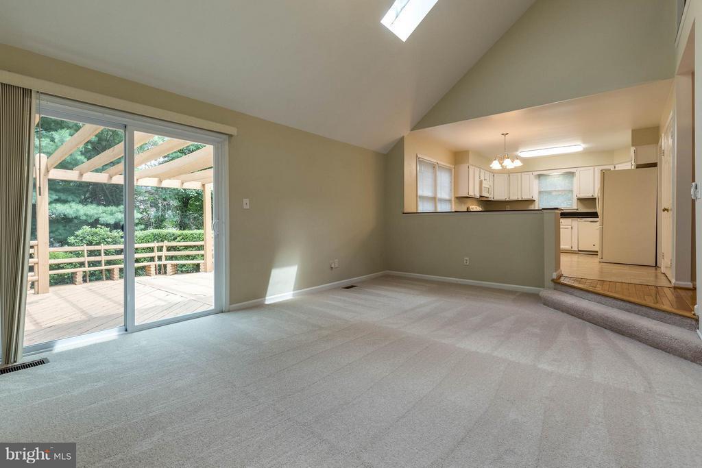 Sliding doors open to the outdoor living space - 9820 WESTWOOD MANOR CT, BURKE