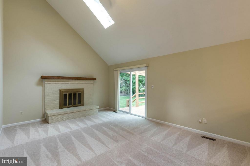 New carpet, fantastic fireplace and skylights! - 9820 WESTWOOD MANOR CT, BURKE