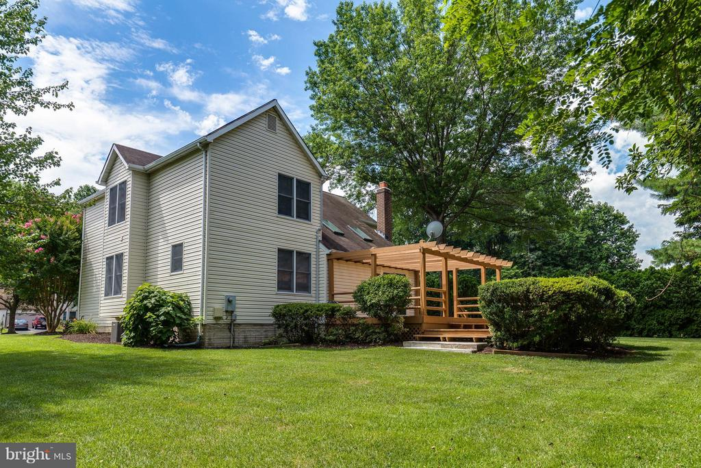 Deck opens onto your beautiful backyard - 9820 WESTWOOD MANOR CT, BURKE
