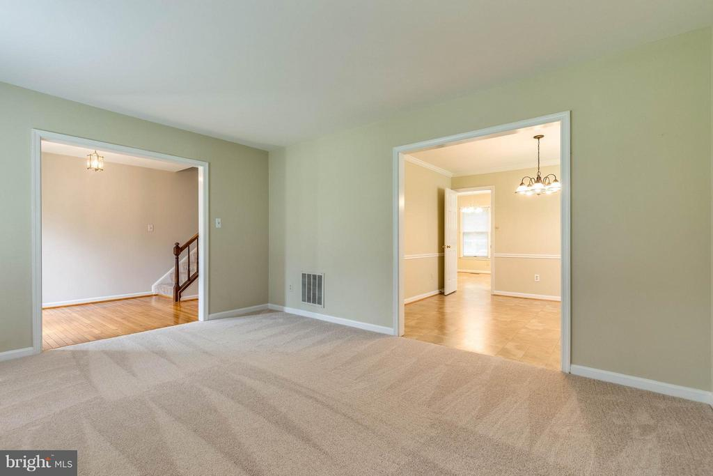 Living room is open and bright. Entertain w ease - 9820 WESTWOOD MANOR CT, BURKE