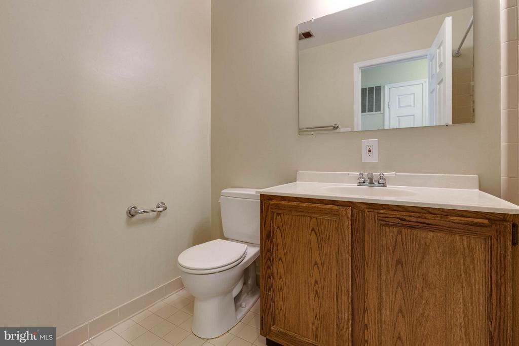 Nice full hall bath, so clean and bright! - 9820 WESTWOOD MANOR CT, BURKE