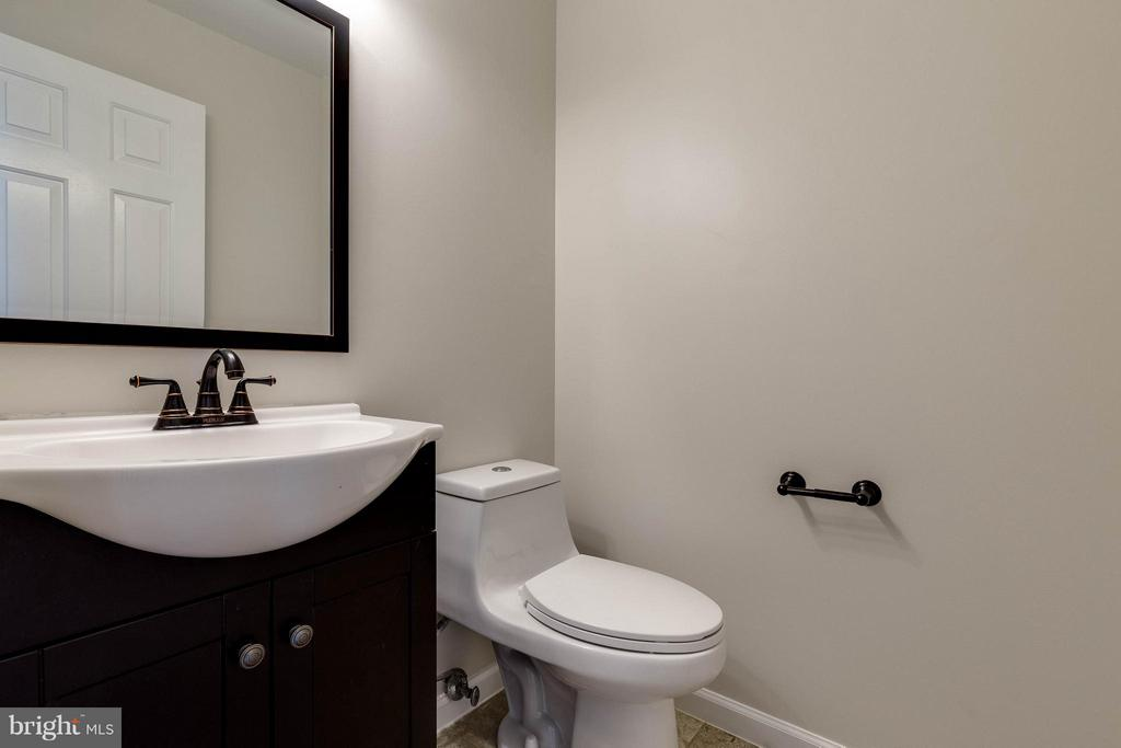 Cute and updated hall bath - 9820 WESTWOOD MANOR CT, BURKE