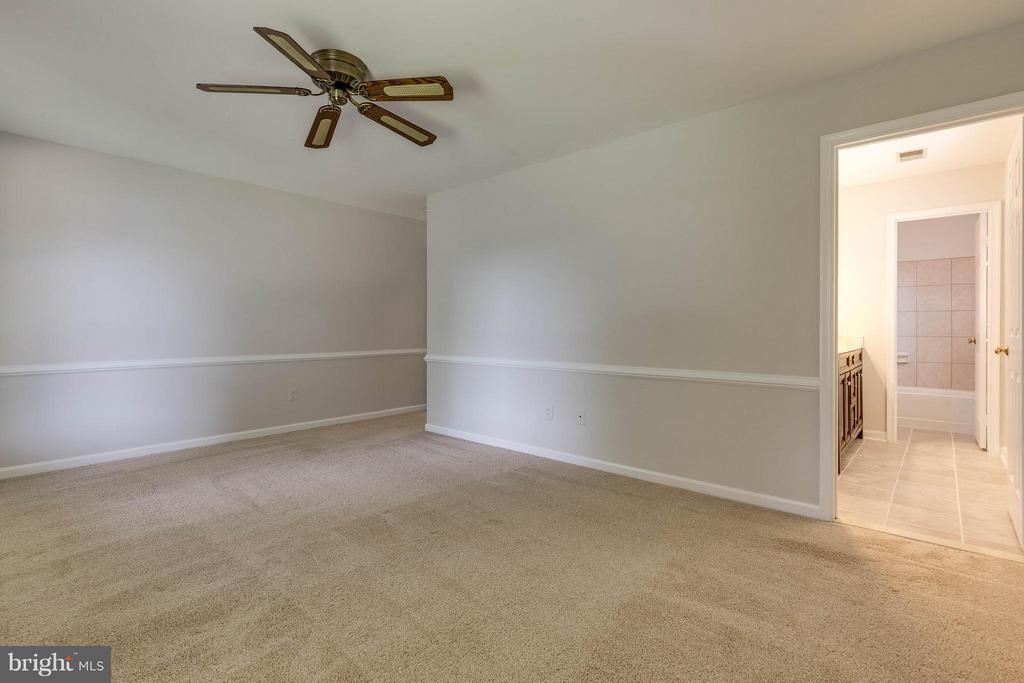 An amazing size and the bath is so convenient - 9820 WESTWOOD MANOR CT, BURKE