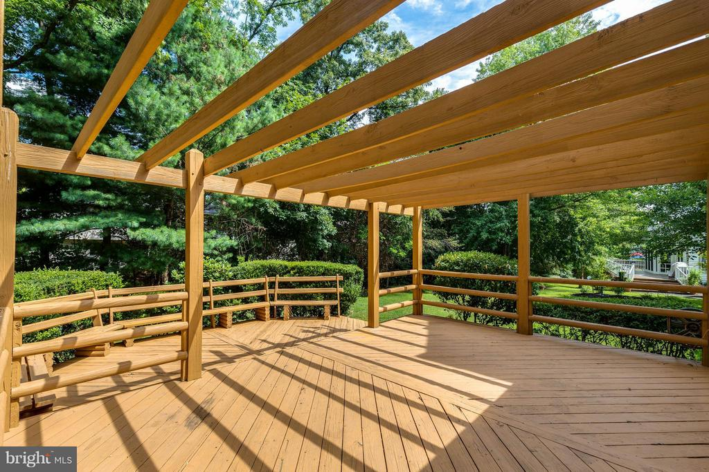 Huge double deck just off family room is great - 9820 WESTWOOD MANOR CT, BURKE