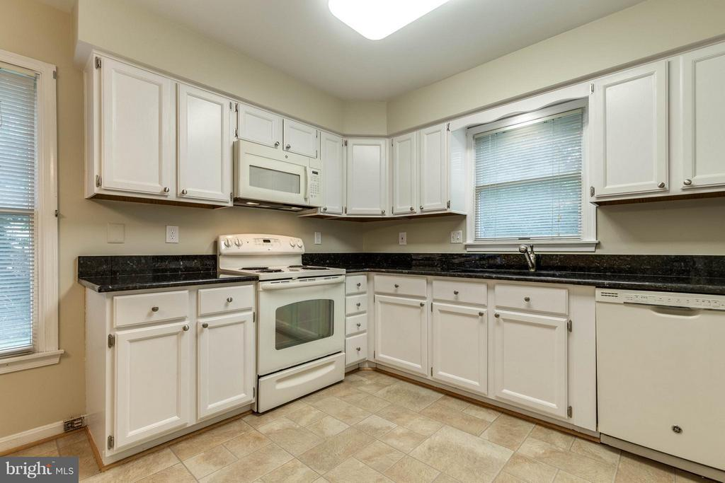 What a great space to prepare meals! - 9820 WESTWOOD MANOR CT, BURKE