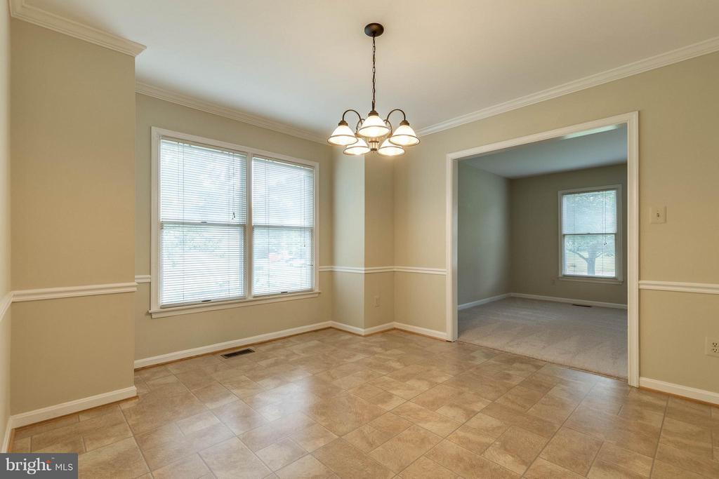 Awesome windows allow in so much light - 9820 WESTWOOD MANOR CT, BURKE