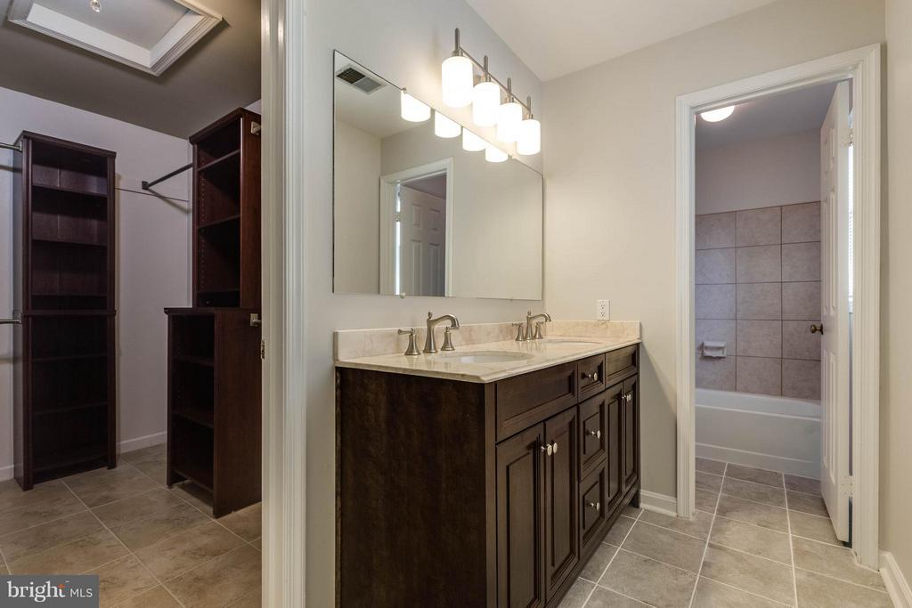 Beautiful new vanity, lights and tile flooring - 9820 WESTWOOD MANOR CT, BURKE