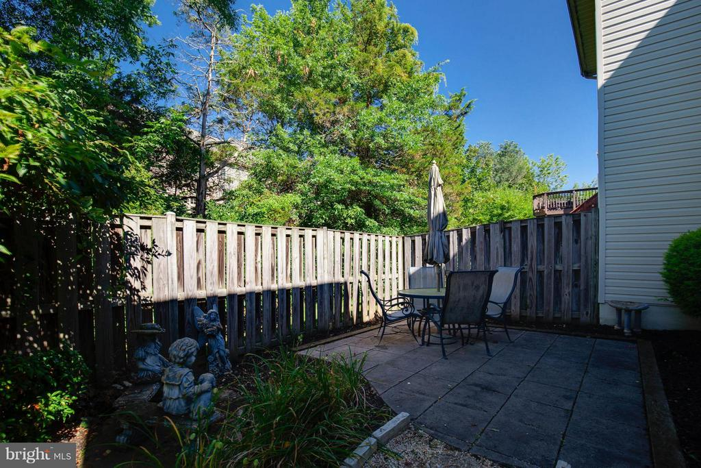 Private Fenced Patio backs to trees - 25431 MORSE DR, CHANTILLY