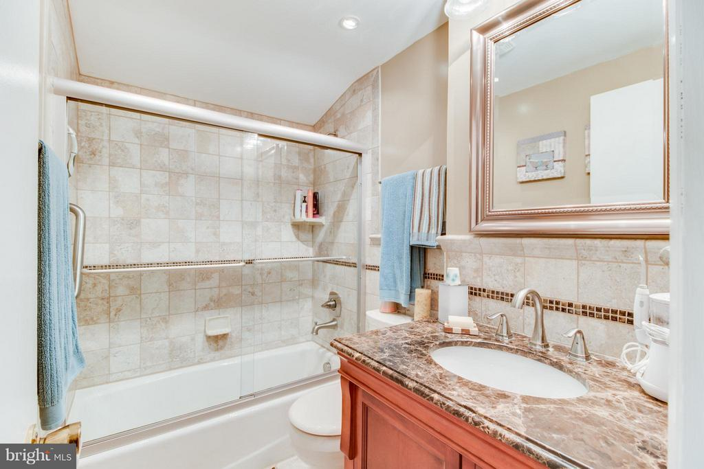 Full bath on upper level! Completely updated! - 14376 SPRINGBROOK CT, WOODBRIDGE