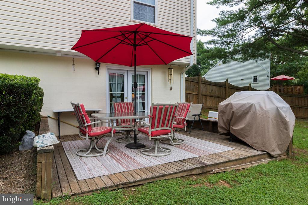 Deck off of walk out basement - 14376 SPRINGBROOK CT, WOODBRIDGE