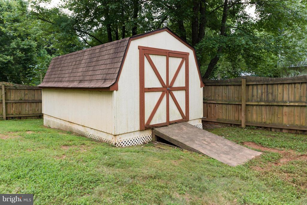 Fantastic shed in backyard! - 14376 SPRINGBROOK CT, WOODBRIDGE