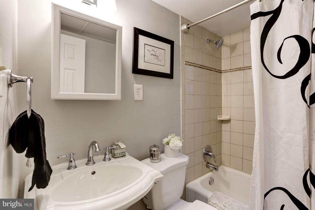 Newer vanity (2017) & new shower head (2018) - 1336 ODE ST #16, ARLINGTON
