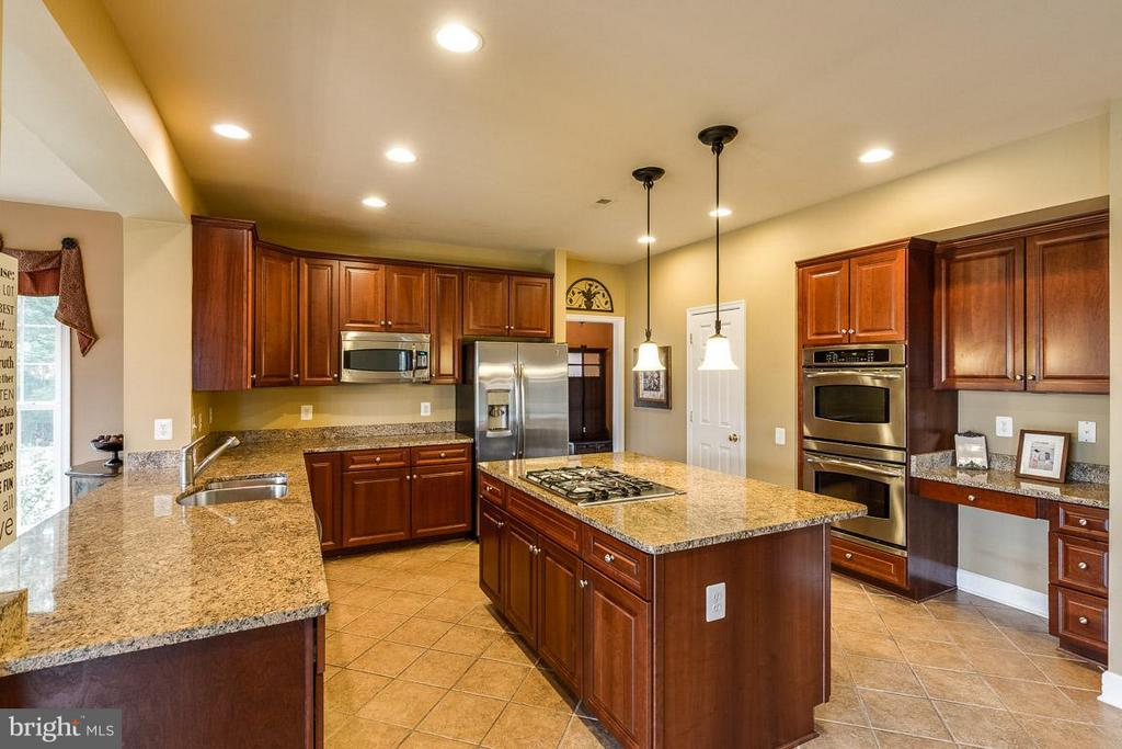 Large Gourmet Kitchen - 21135 WHITE CLAY PL, LEESBURG