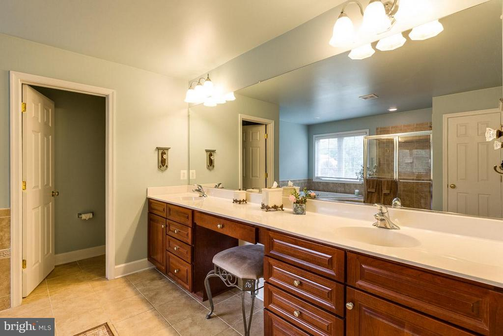 Master Bathroom With Dual Sinks - 21135 WHITE CLAY PL, LEESBURG