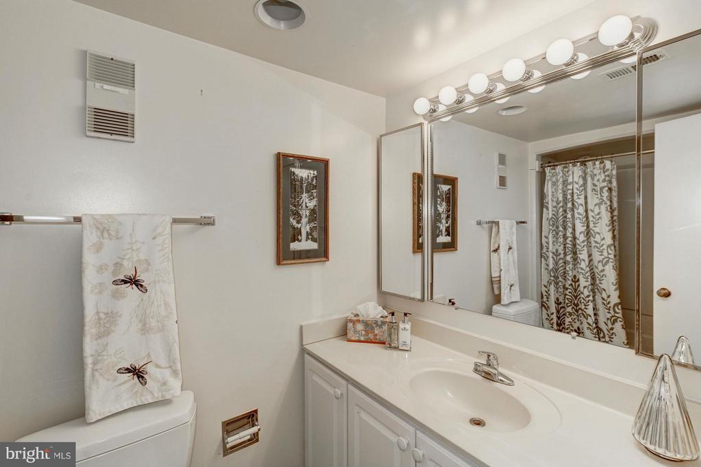 Guest Bath - 5904 MOUNT EAGLE DR #118, ALEXANDRIA