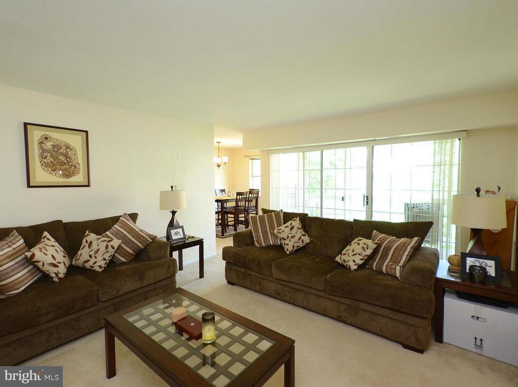 Living Room - 1935 WILSON LN #301, MCLEAN