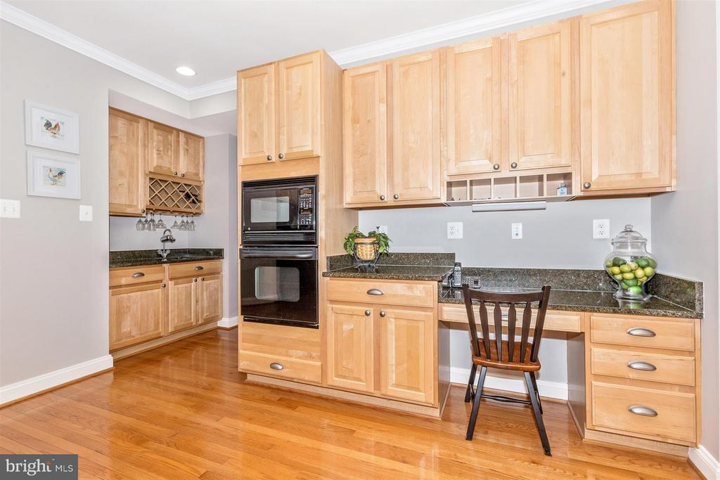 Built in desk and wet bar! - 6653 SOUTH CLIFTON RD, FREDERICK