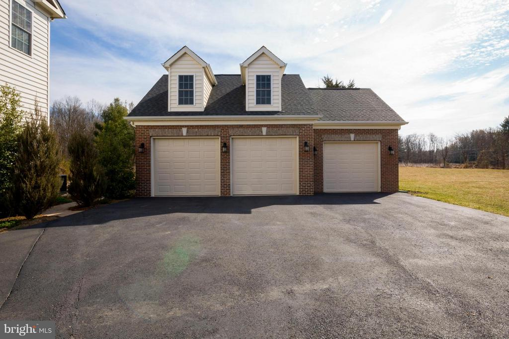 Climate Controlled Detached Garage - 16146 WATERFORD CREEK CIR, HAMILTON