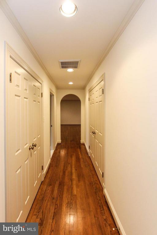 Hallway to master suite - 612 LIVE OAK DR, MCLEAN