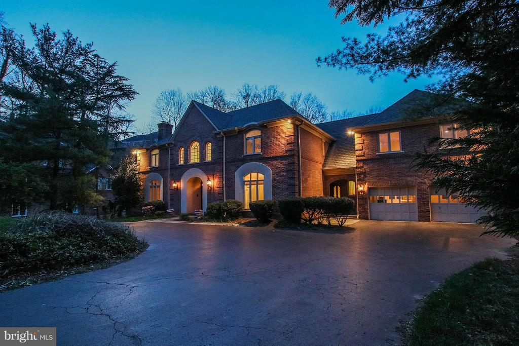 Fabulous home sited on 1.72 acre riverfront lot - 612 LIVE OAK DR, MCLEAN