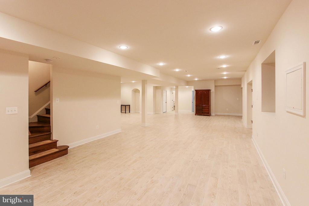 Expansive fully finished walk out basement - 612 LIVE OAK DR, MCLEAN