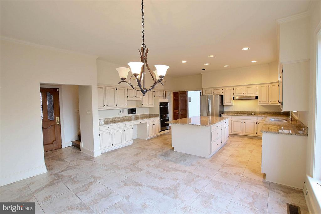 Efficient and well-equipped kitchen with brkfst rm - 612 LIVE OAK DR, MCLEAN