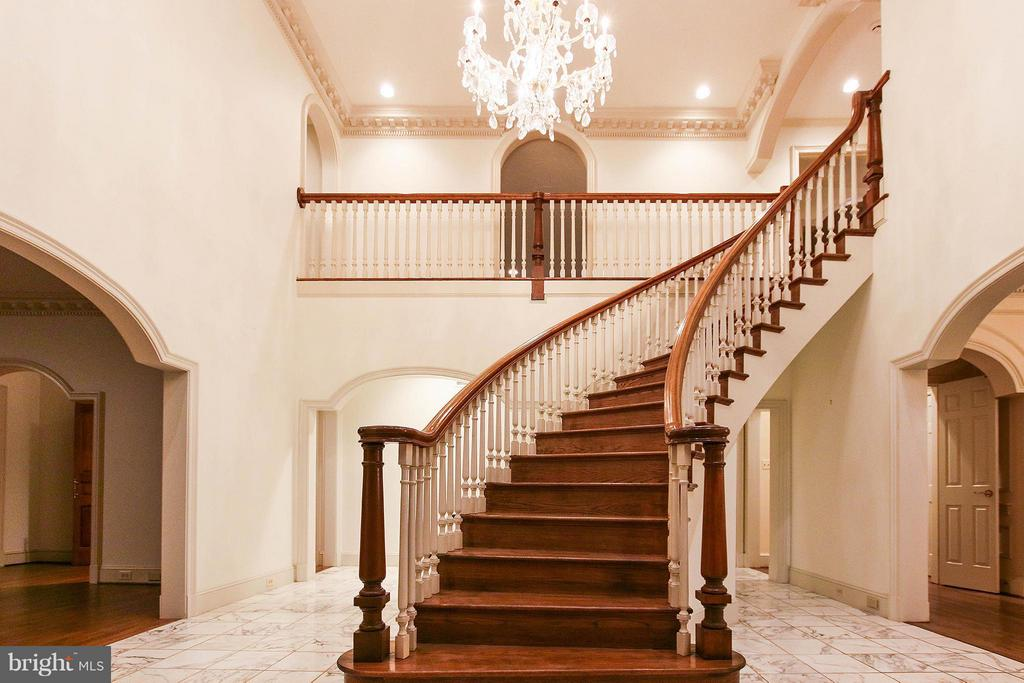 Spectacular inviting foyer with curved staircase - 612 LIVE OAK DR, MCLEAN