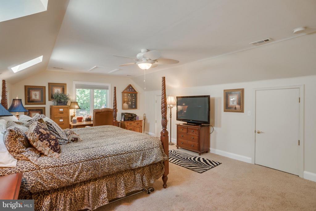 Bedroom suite over garage - 402 HAPPY CREEK RD, LOCUST GROVE