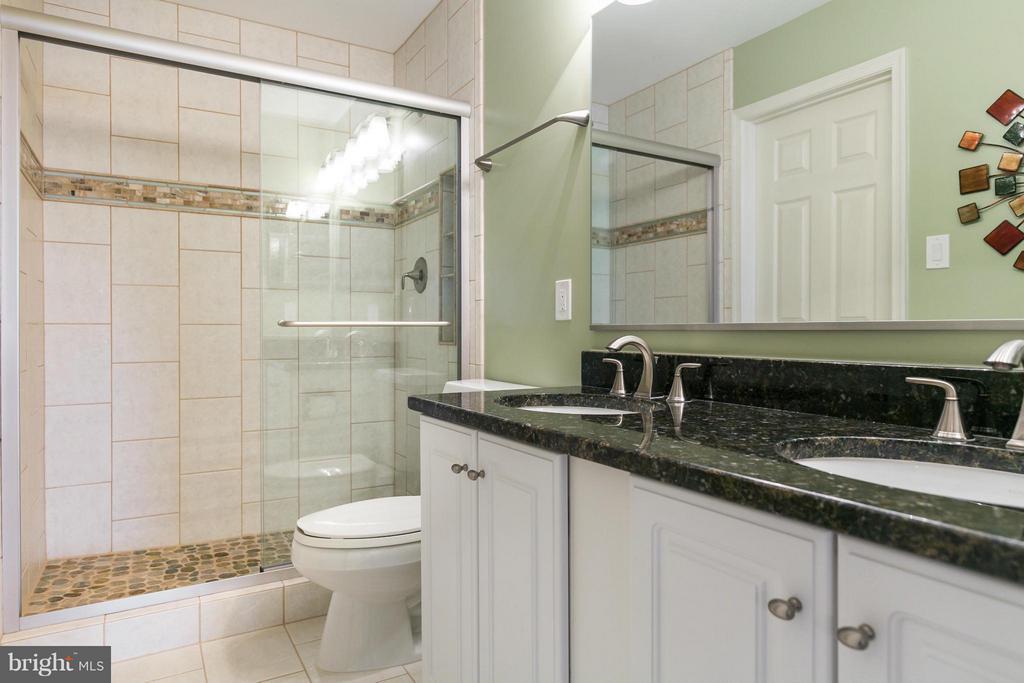Full Guest Bath #2 - 42001 RASPBERRY DR, LEESBURG