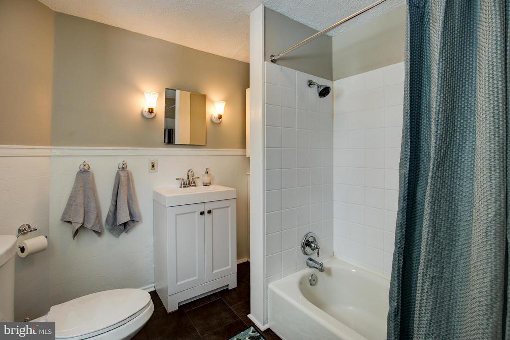 Bath - 301 MILLER ST, WINCHESTER