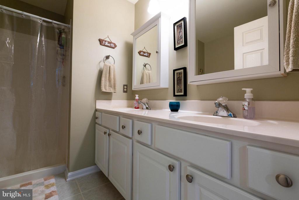 Large owners suite bath with dual vanities - 11820 ETON MANOR DR #302, GERMANTOWN