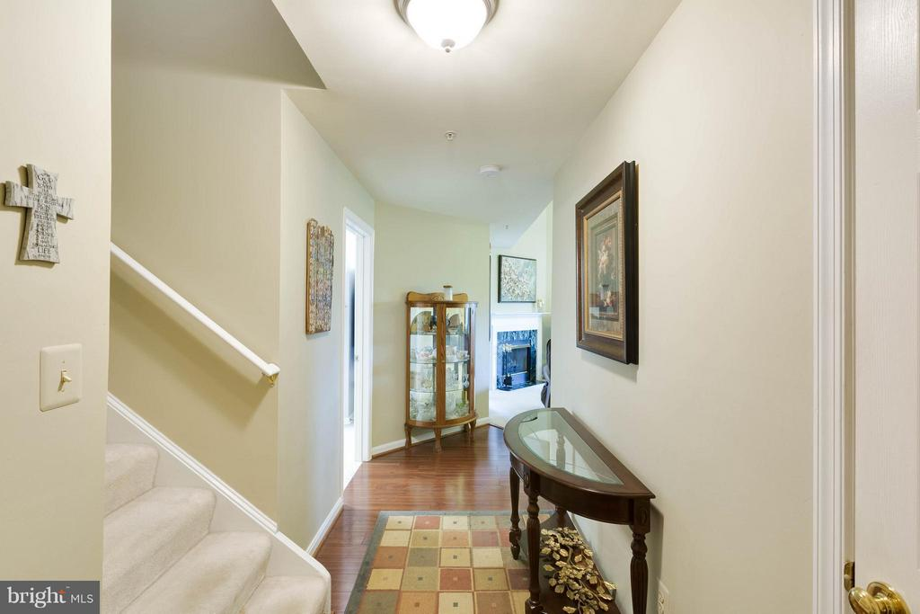 Entry foyer with wood floors - 11820 ETON MANOR DR #302, GERMANTOWN