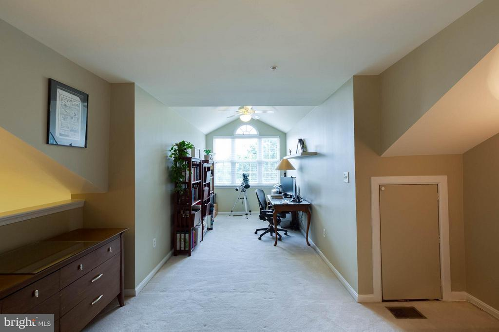 2nd level is bright and airy - 11820 ETON MANOR DR #302, GERMANTOWN
