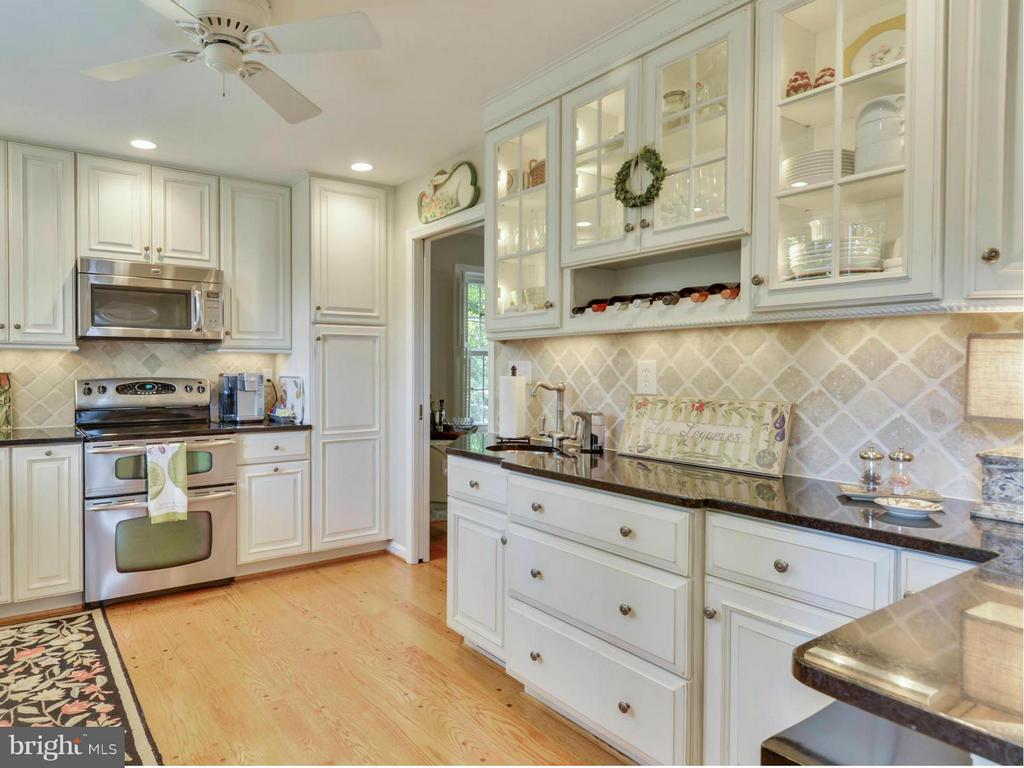 Fully renovated kitchen with classic finishes - 3901 PINE BROOK RD, ALEXANDRIA