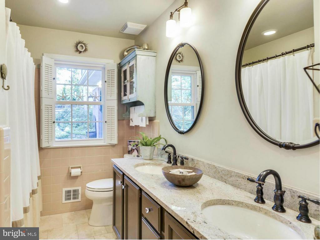 Updated hall bath - 3901 PINE BROOK RD, ALEXANDRIA
