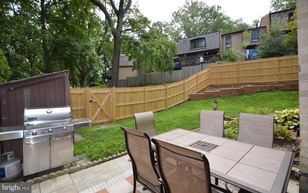 Fenced yard with shed, patio, opens to common area - 7903 SCHUYLER CT, ANNANDALE