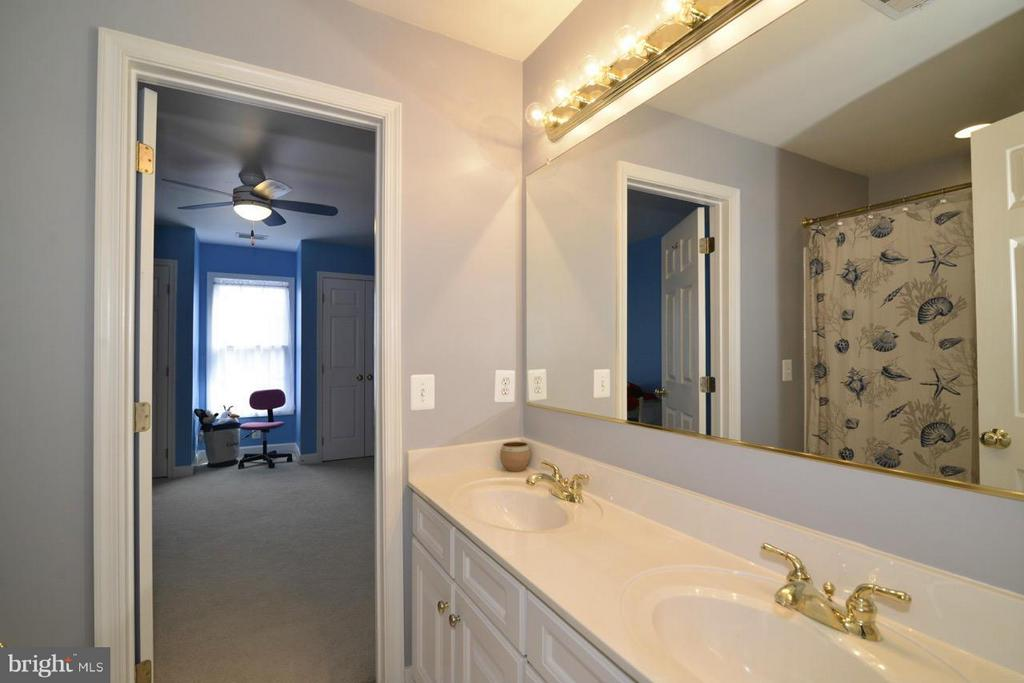 Full bath w/double vanity adjoins BR#2 &BR#3 - 20736 ASHBURN STATION PL, ASHBURN