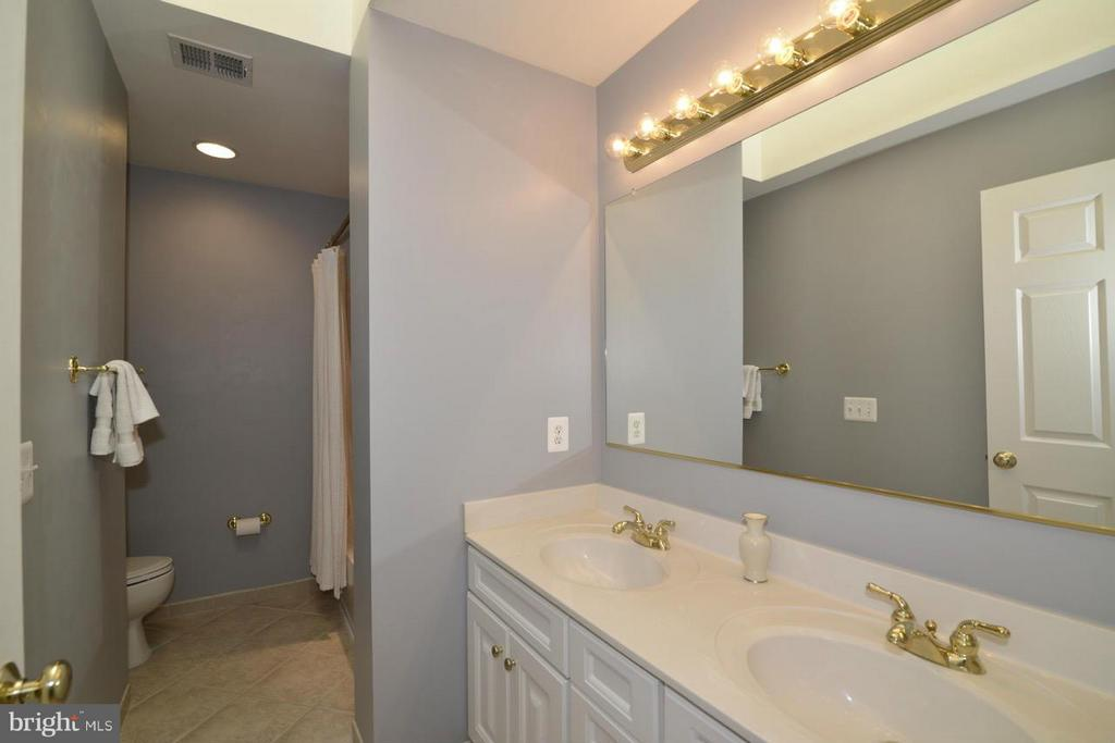 Upper hall full bath w/double vanity! - 20736 ASHBURN STATION PL, ASHBURN