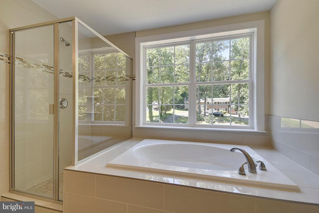 Light-filled Master Bath with Separate Shower - 18413 CEDAR DR, TRIANGLE