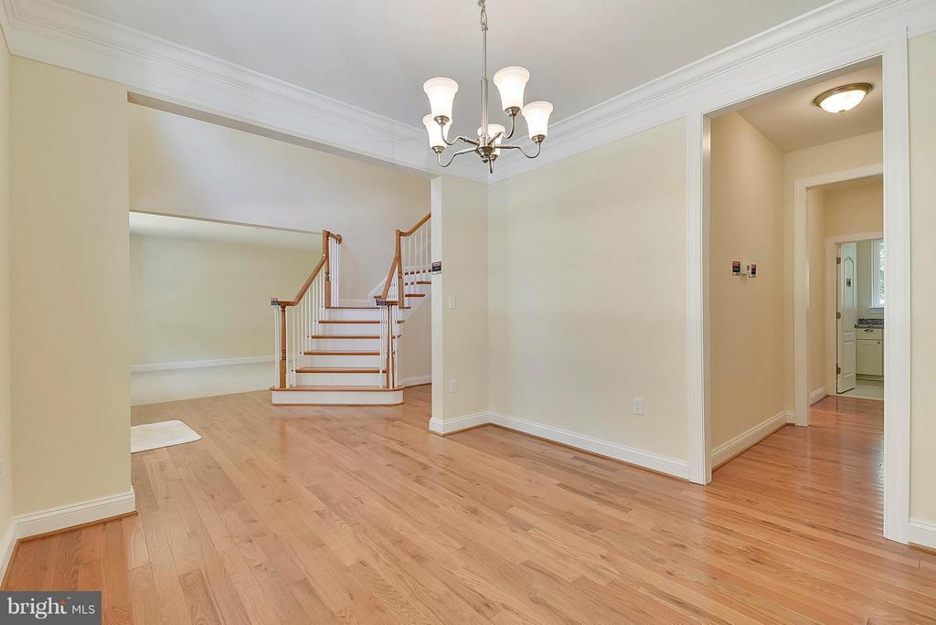 Classic oak floors in entry, dining and kitchen - 18413 CEDAR DR, TRIANGLE