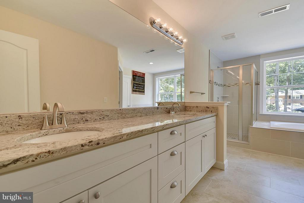 Large and airy with 2x vanity and water closet - 18413 CEDAR DR, TRIANGLE