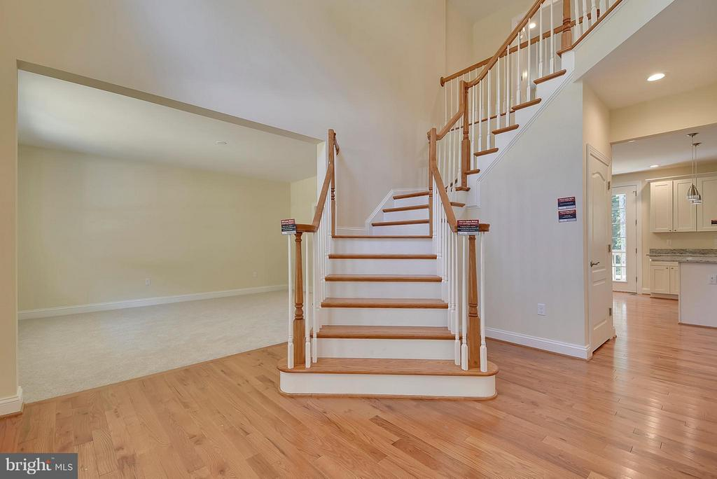 Two-Story entryway with curved staircase. - 18413 CEDAR DR, TRIANGLE