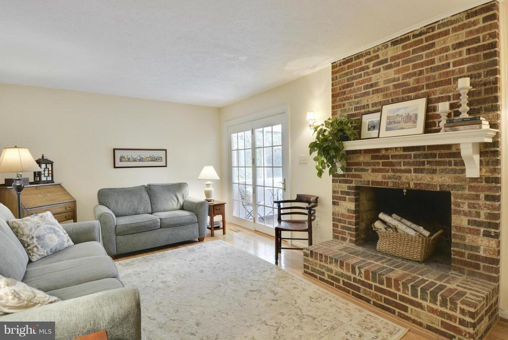 family room opens to screen porch - 790 3RD ST, HERNDON