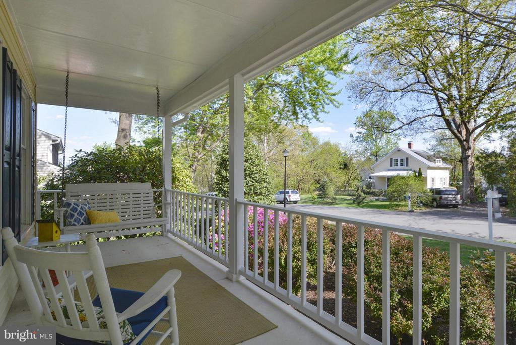Inviting front porch - 790 3RD ST, HERNDON