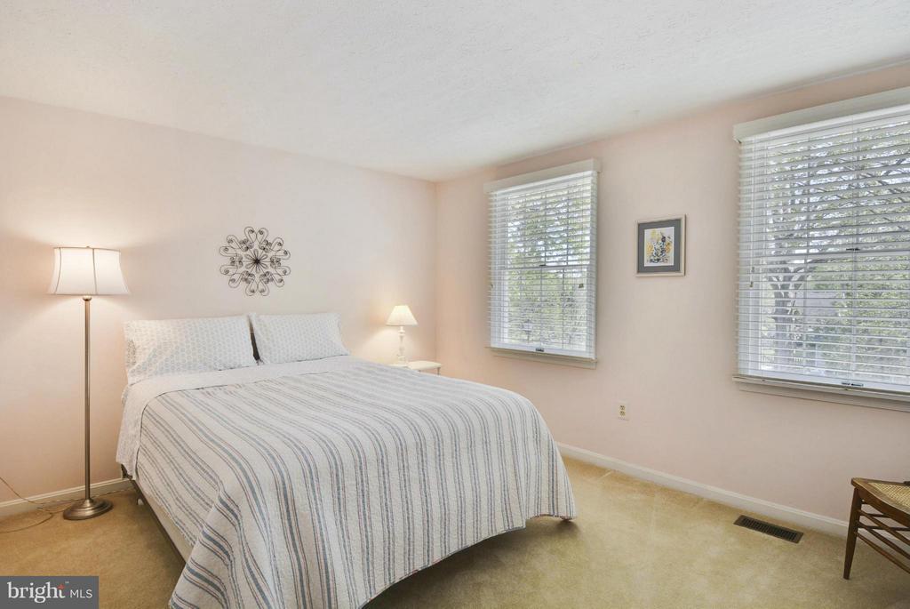 Large second bedroom - 790 3RD ST, HERNDON