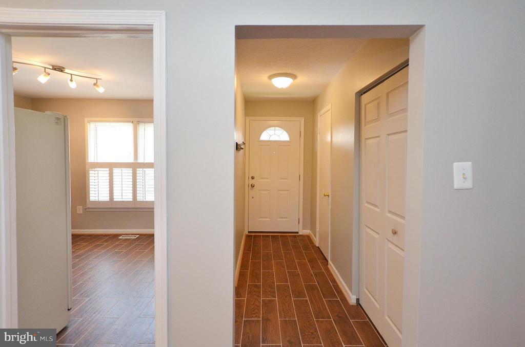 Foyer Entrance with new ceramic tile floors - 2352 HORSEFERRY CT, RESTON