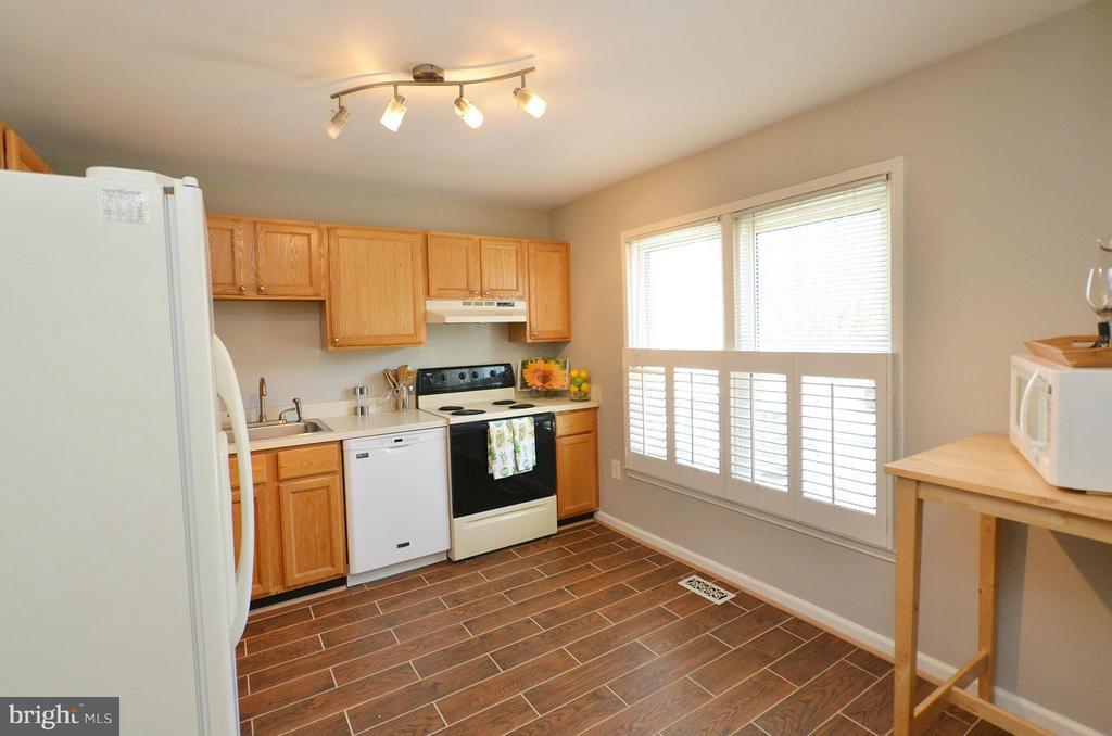 Sun Filled Kitchen with new ceramic flooring - 2352 HORSEFERRY CT, RESTON