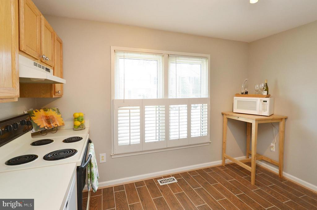 Kitchen with plenty of space for dining - 2352 HORSEFERRY CT, RESTON