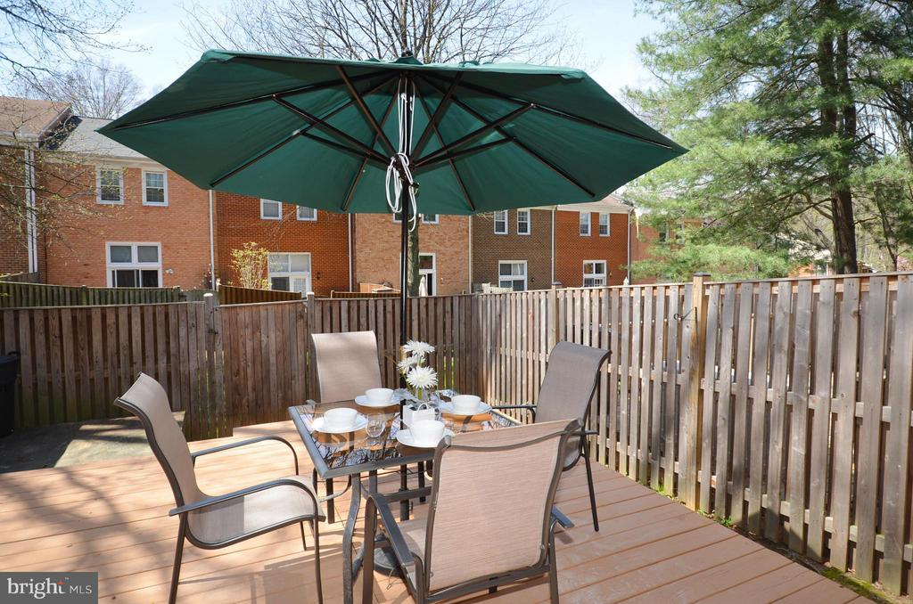 Private Patio with Deck - 2352 HORSEFERRY CT, RESTON