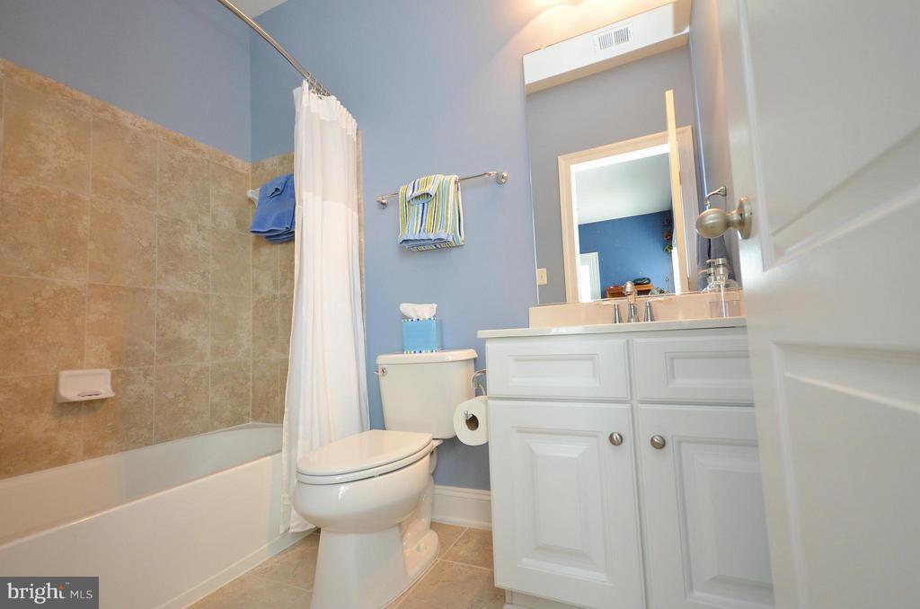 En Suite Upper Level Bath - 41852 MARIGOLD MILL PL, ASHBURN